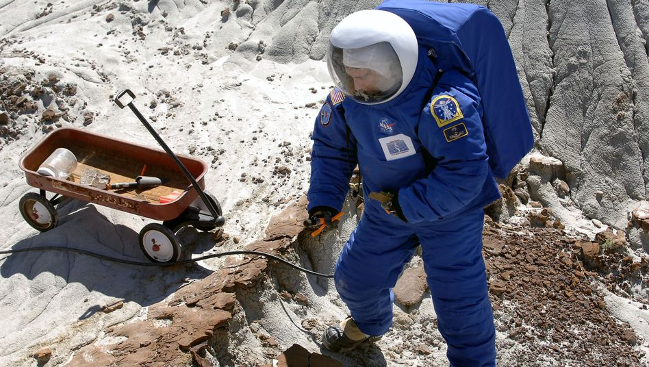 Experimenteller Anzug im Test (in North Dakota, Mai 2006): Sechs bis acht Jahre soll ein Anzug halten