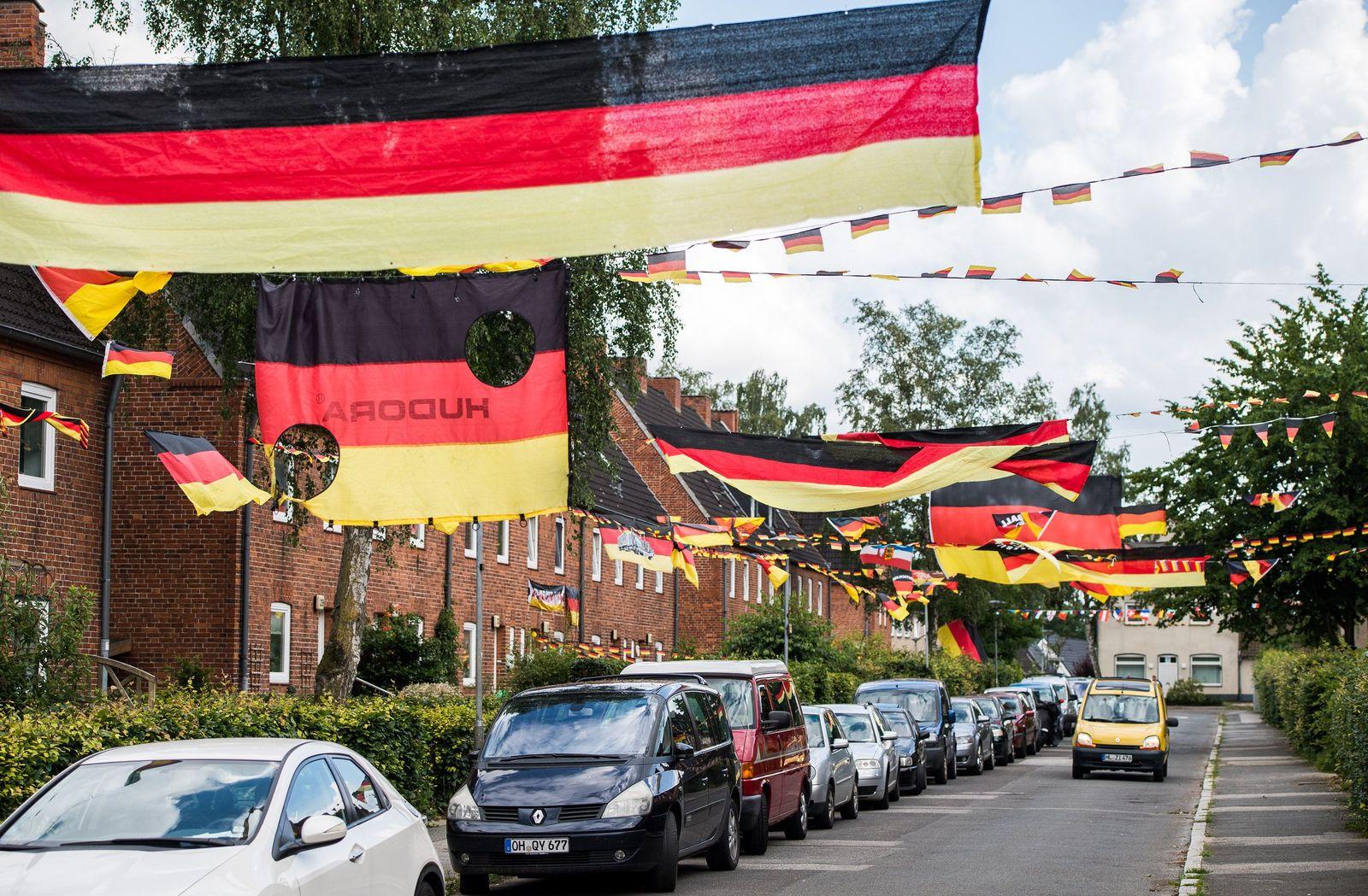 EURO 2016 / Fan-Artikel / Schland-Schrott /Schwarz-rot-goldene Straße in Lübeck