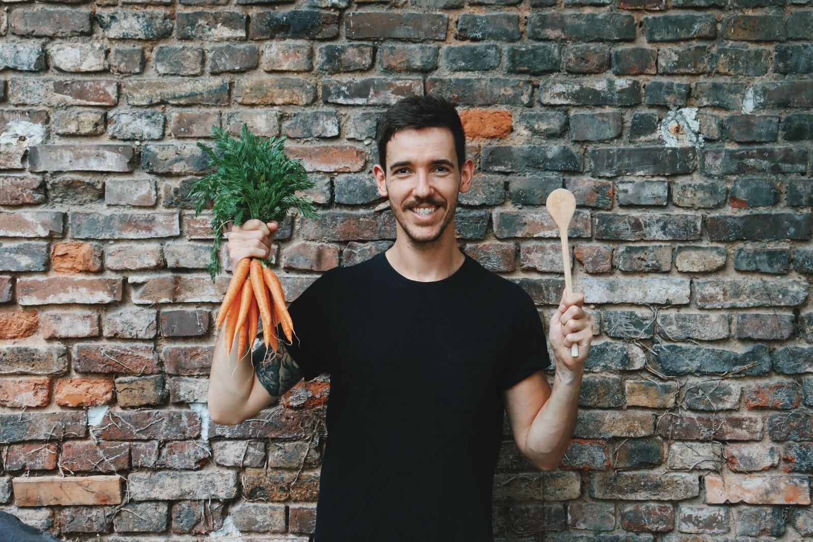 Dan mit Karotte und Kochlöffel
