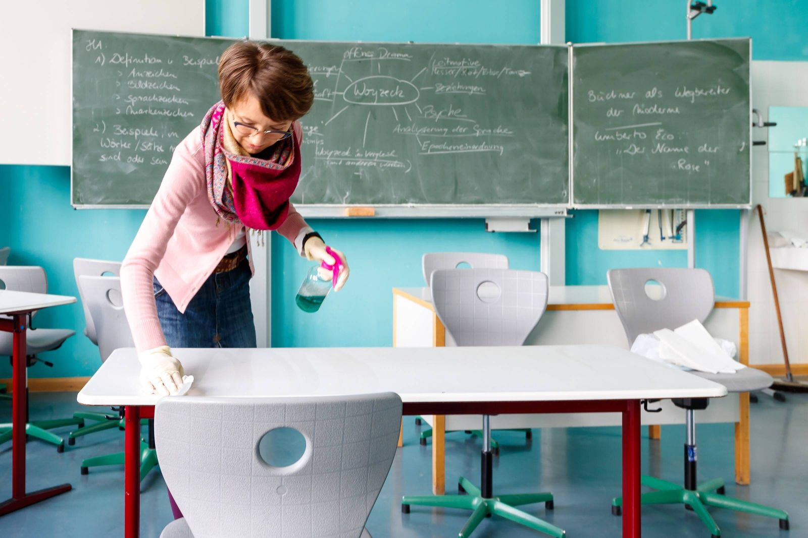 Wiesbaden, Gymnasium, 05.05.2020, Schulalltag in der Corona Zeit, Bevor die Schüler den Klassenraum betreten werden die
