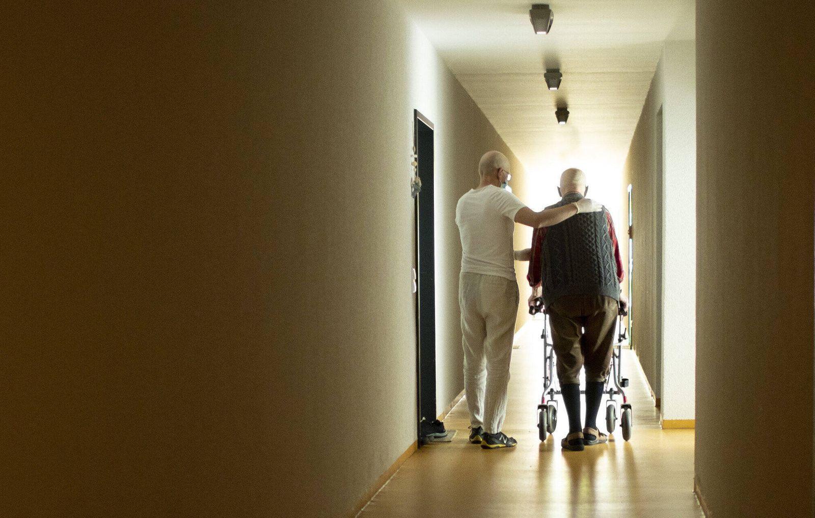Thema: Altenpfleger und Mann mit Rollator im Hausflur, Heidelberg, 11.06.2020. Heidelberg Deutschland *** Topic geriatri