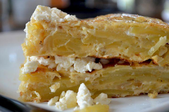 Wer nur eine breite Pfanne (und damit eine flachere Tortilla) hat, darf die Tortenstückchen auch einfach stapeln.