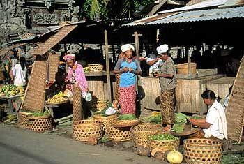 Europäer werden neugierig beäugt: Markt in Banjar