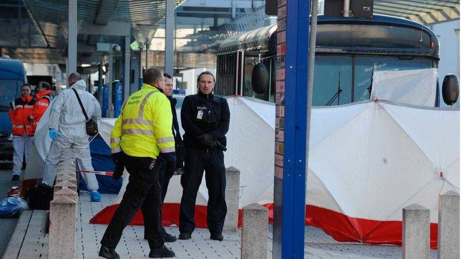 Blutbad auf Frankfurter Flughafen: Der Täter fragte nach einer Zigarette
