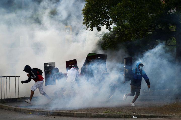 Die Polizei setzt unter anderem Tränengas gegen die Demonstranten in Cali ein
