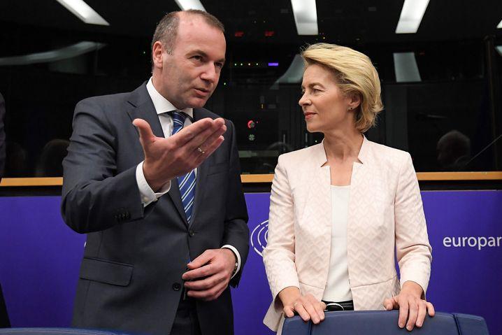 Von der Leyen (right) and EPP group President Manfred Weber at the European Parliament in Strasbourg on Wednesday.