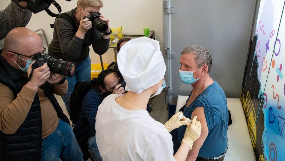 Alle schauen auf diese Vakzine: Ein Mann in Moskau erhält vor Fotografen eine Dosis vom russischen Impfstoff Sputnik V