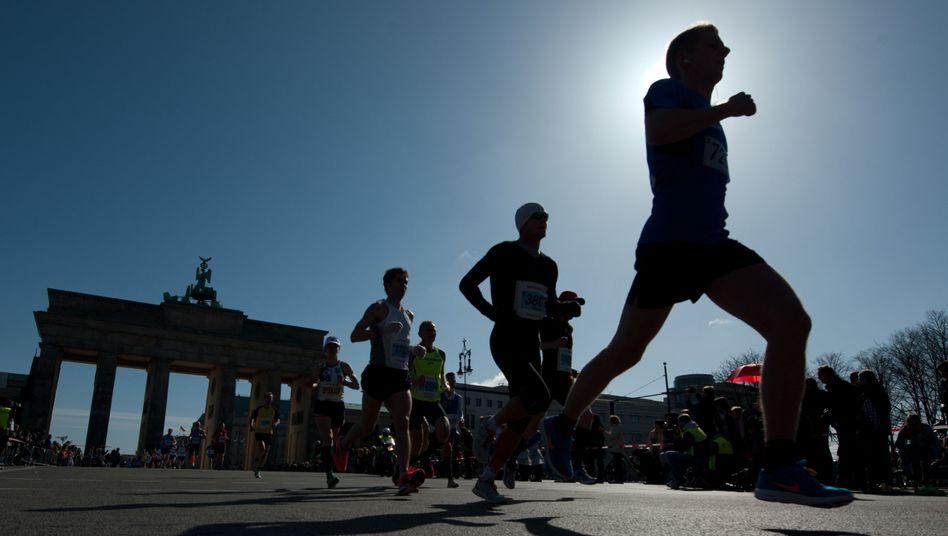 Läuferinnen beim Halbmarathon in Berlin: Das Sexleben profitiert vom Ausdauersport, sagt Sexualmediziner Michael J. Mathers
