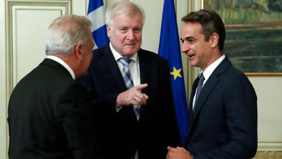 Seehofer mit dem griechischen Ministerpräsidenten Kyriakos Mitsotakis (rechts) und EU-Migrationskommissar Dimitris Avramopoulos