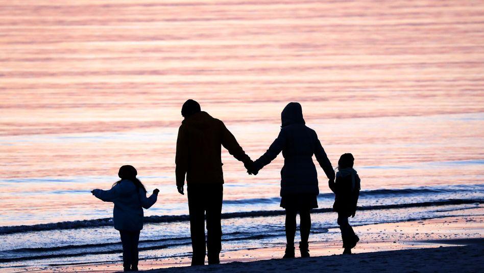 Familie auf Hiddensee: Mehr Kindergeld ab Juli
