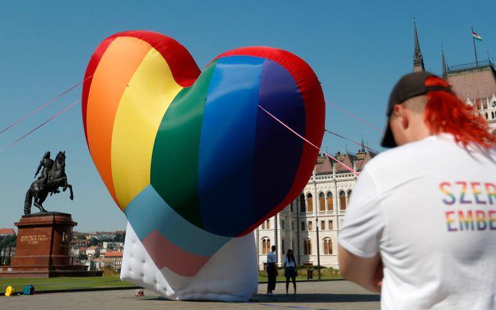 Aktivistinnen und Aktivisten errichten Anfang Juli ein überdimensionales Herz vor dem ungarischen Parlamentsgebäude
