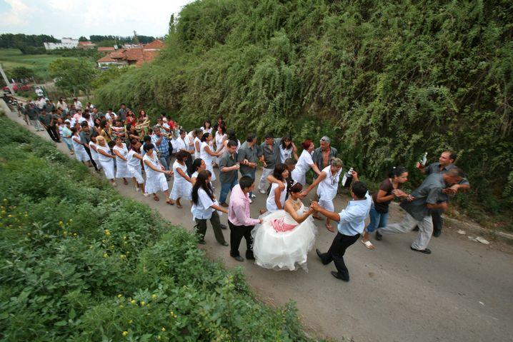 Junge Braut auf einer Hochzeit (Archivbild): »Die Mädchen trifft es als Erstes«