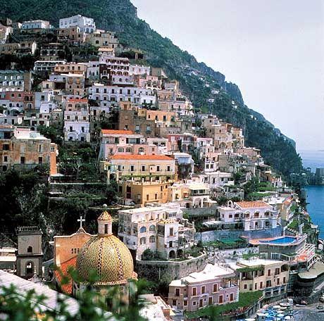 Wie an den Fels geklebt: Der Ort Positano an der Amalfi-Küste