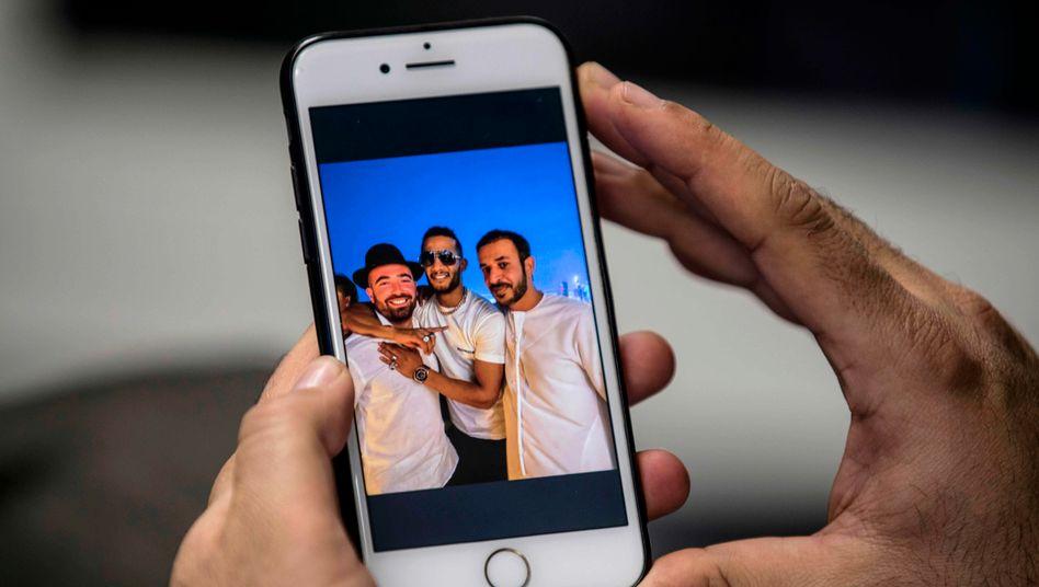 Das Handyfoto zeigt von links: Omer Adam und Mohamed Ramadan mit dem Dubaier Journalisten Hamad al-Mazroui