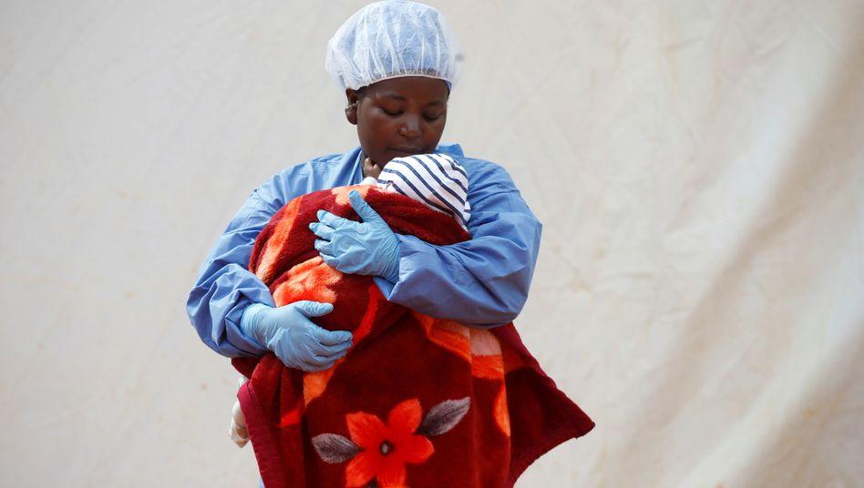 Rachel Kahindo, eine Ebola-Überlebende, kümmert sich in einem Behandlungszentrum um erkrankte Babys.
