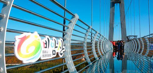 China: Wind erfasst Scheiben – Tourist muss von Glasbrücke gerettet werden