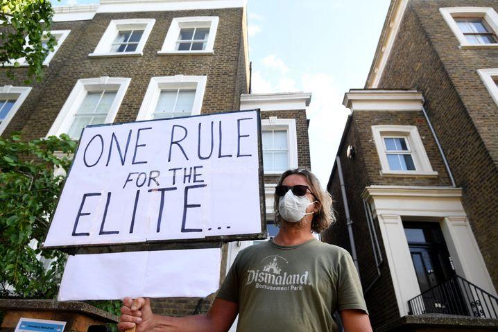 """Protest vor Cummings Zuhause: """"Eine Regel für die Elite"""""""