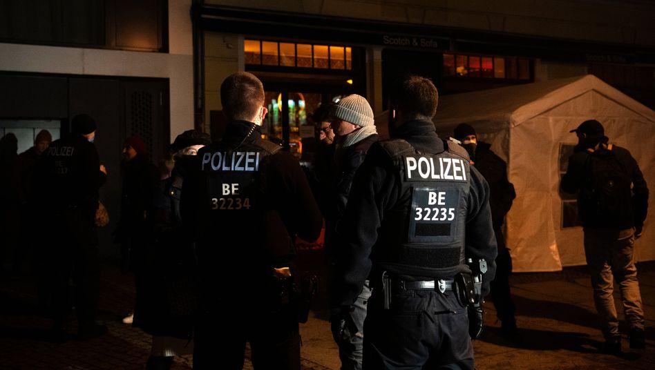 Polizisten bei der Auflösung des »Querdenken«-Treffens in der Bar in der Berliner Kollwitzstraße