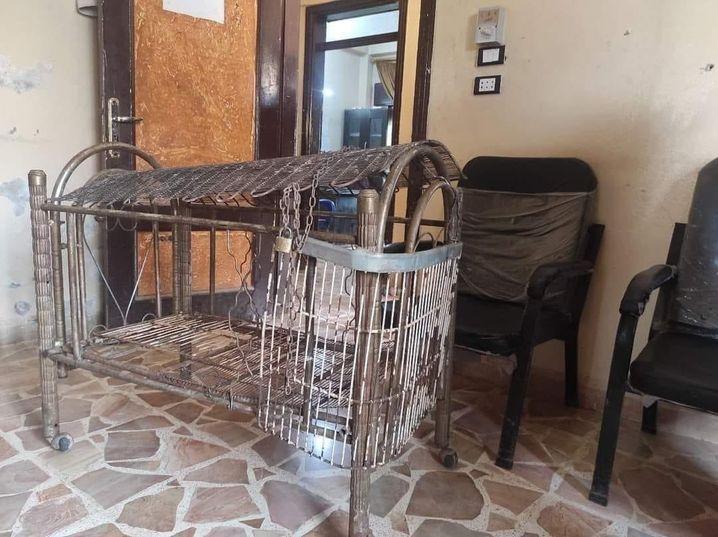 Nahla wurde von ihrem Vater auch in dieses Bett gesperrt, das er zu einem Käfig umgebaut hatte. Ursprünglich stand es im Zelt der Familie, wurde dann als Beweismittel zur Polizeistation gebracht, wo dieses Bild entstand.