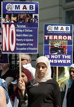 Eine britische Muslimin bei einer Demonstration gegen den Londoner Terror