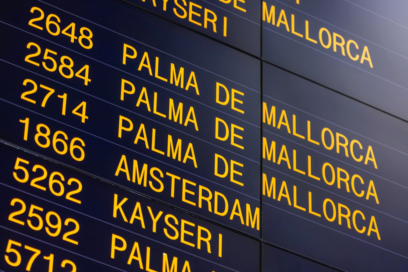 News Themen der Woche KW12 Flugverkehr in Zeiten von Corona. Am Flughafen Stuttgart stehen Ziele in der Türkei sowie Mal