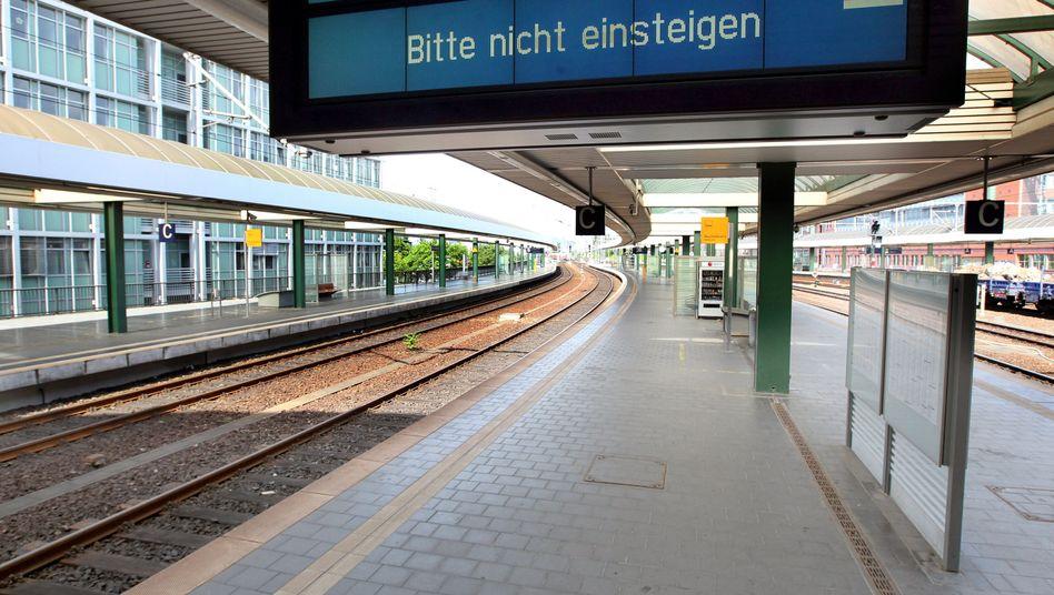 Menschenleerer Bahnsteig am Berliner Ostbahnhof: Nichts geht mehr