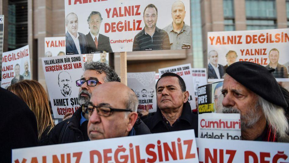 Protestierende vor dem Istanbuler Justizpalast Caglayan