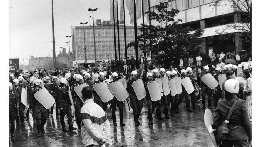 Polizeieinsatz bei einer der Leipziger Montagsdemonstrationen im Herbst 1989.