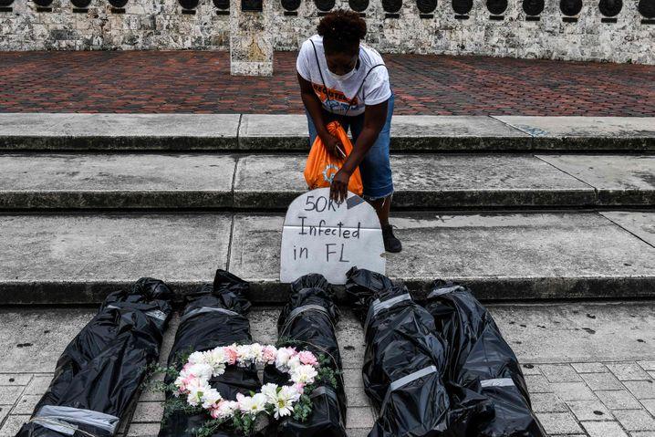 Keine kollektive Trauer: Protest-Gedenken für Coronatote in Miami