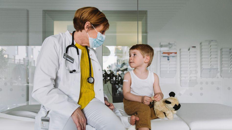 Ärztin, Patient in Kölner Krankenhaus: Bei vielen Leiden werden die Weichen schon in der Kindheit gestellt