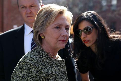 Hillary Clinton (l.) mit ihrer Vertrauten Huma Abedin