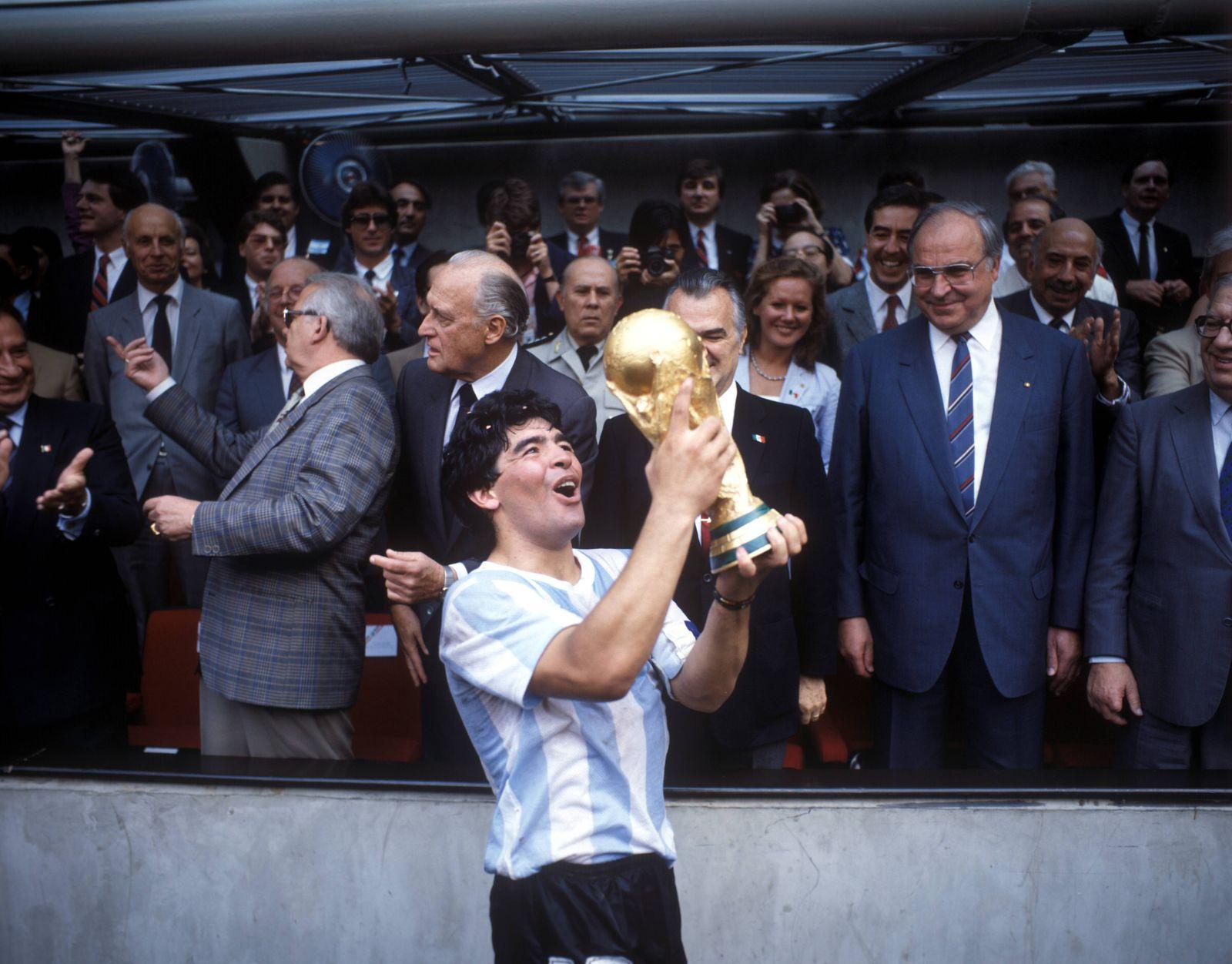 Argentinien ist Weltmeister 1986 Diego Armando Maradona präsentiert voller stolz den Weltpokal da