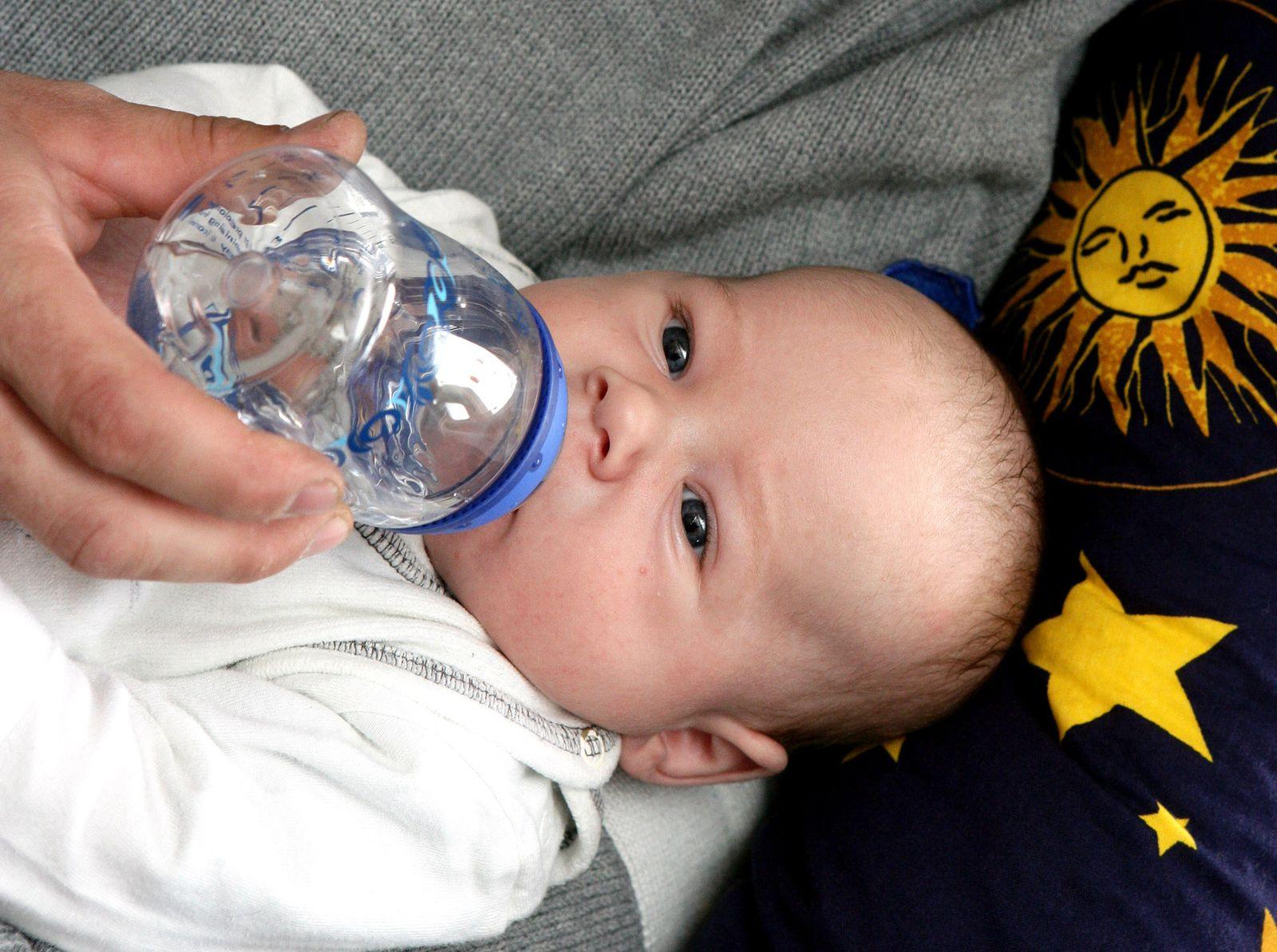 Teetrinkendes Baby