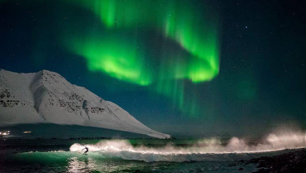 Island: Surfen unter dem Polarhimmel