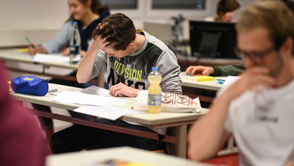Abiturienten in Ravensburg lesen sich kurz vor Beginn einer Prüfung die Abituraufgaben durch (Archivbild)