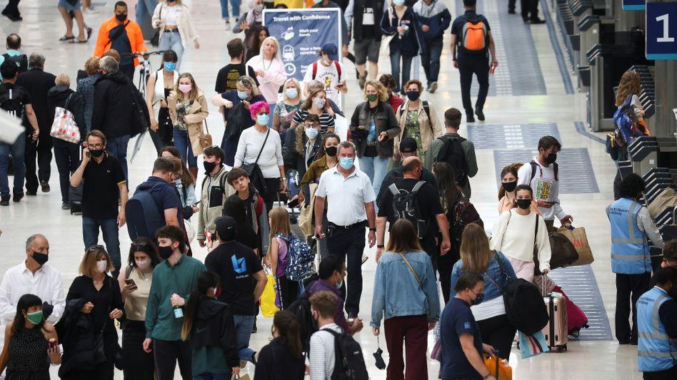 Waterloo Station in London: In öffentlichen Verkehrsmitteln soll das Maskentragen in England bald freiwillig sein