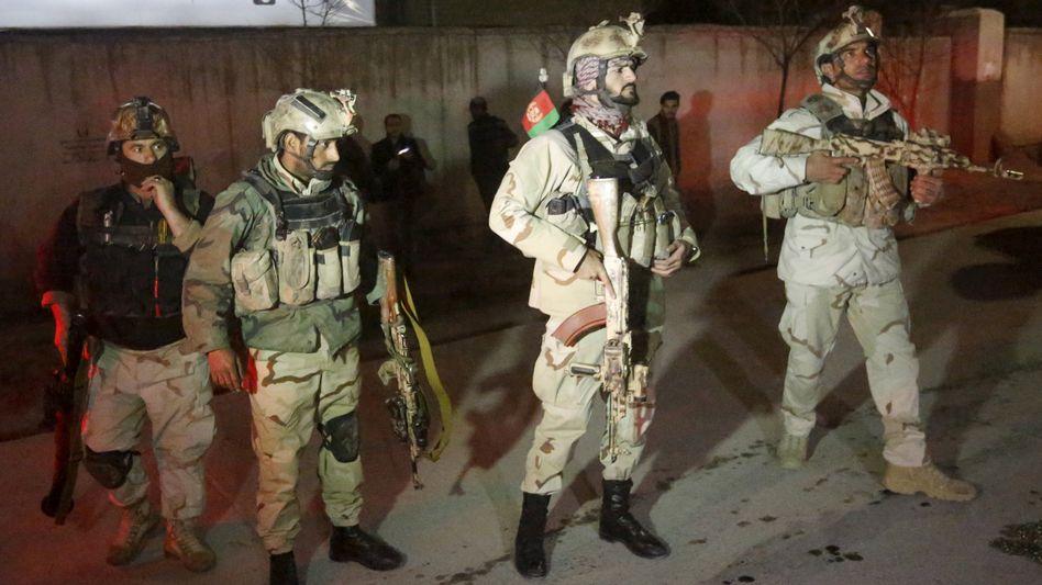 Afghanische Sicherheitskräfte am Tatort in Kabul: Taliban-Attacke im Viertel Scherpur