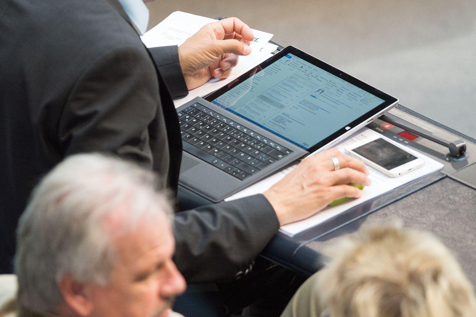 Bundestag / Tablet / PC
