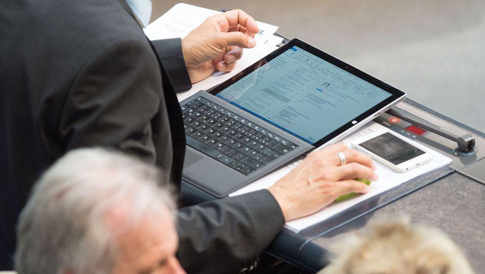 Abgeordneter mit Tablet-PC: Website-Sperrungen zur Sicherheit