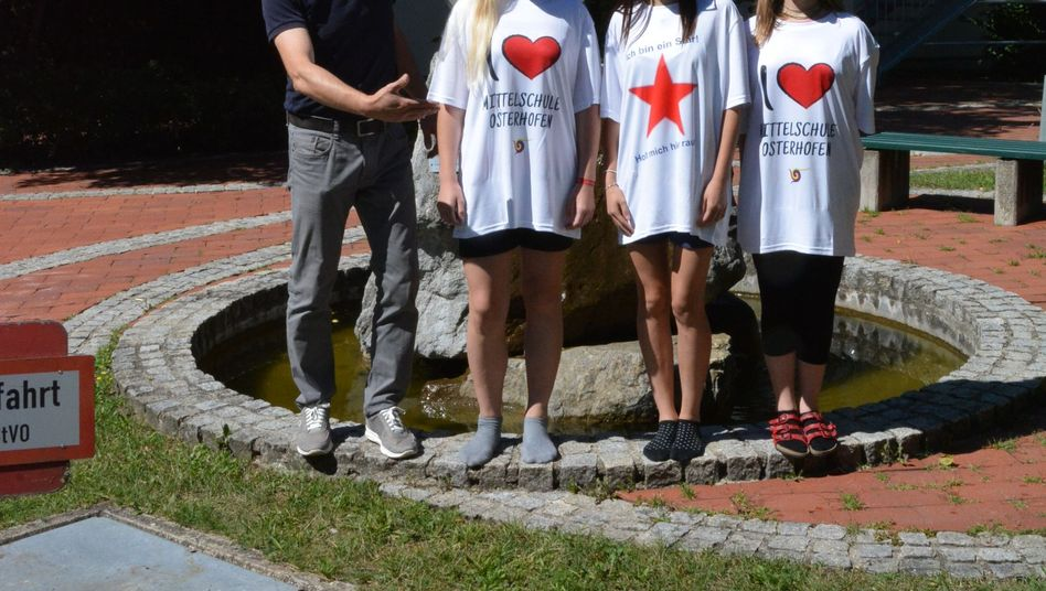 Christian Kröll mit Schülerinnen in XXL-Shirts