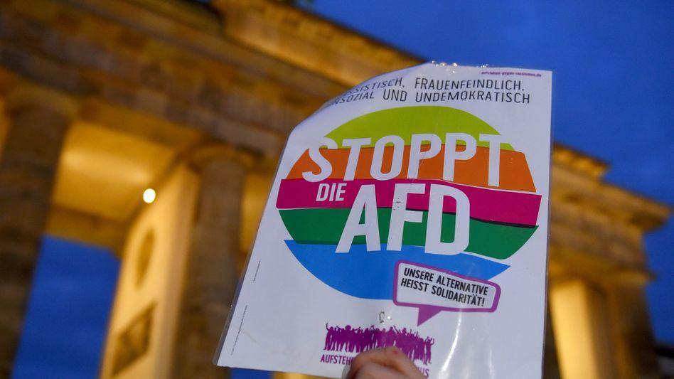 Anti-AfD-Schild vor Brandenburger Tor am 20. Februar bei Mahnwache für Hanau