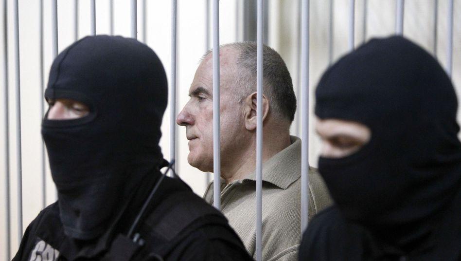 Ex-General Pukatsch in einem Eisenkäfig vor Gericht in Kiew: Lebenslange Haftstrafe