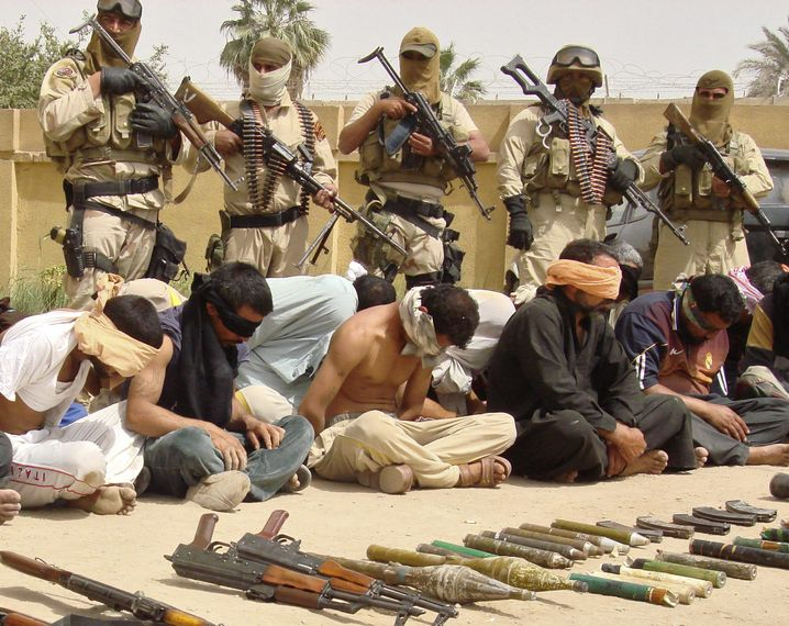 Polizisten haben in Hilla Mitglieder der Mahdi-Armee gefasst (März 2008)