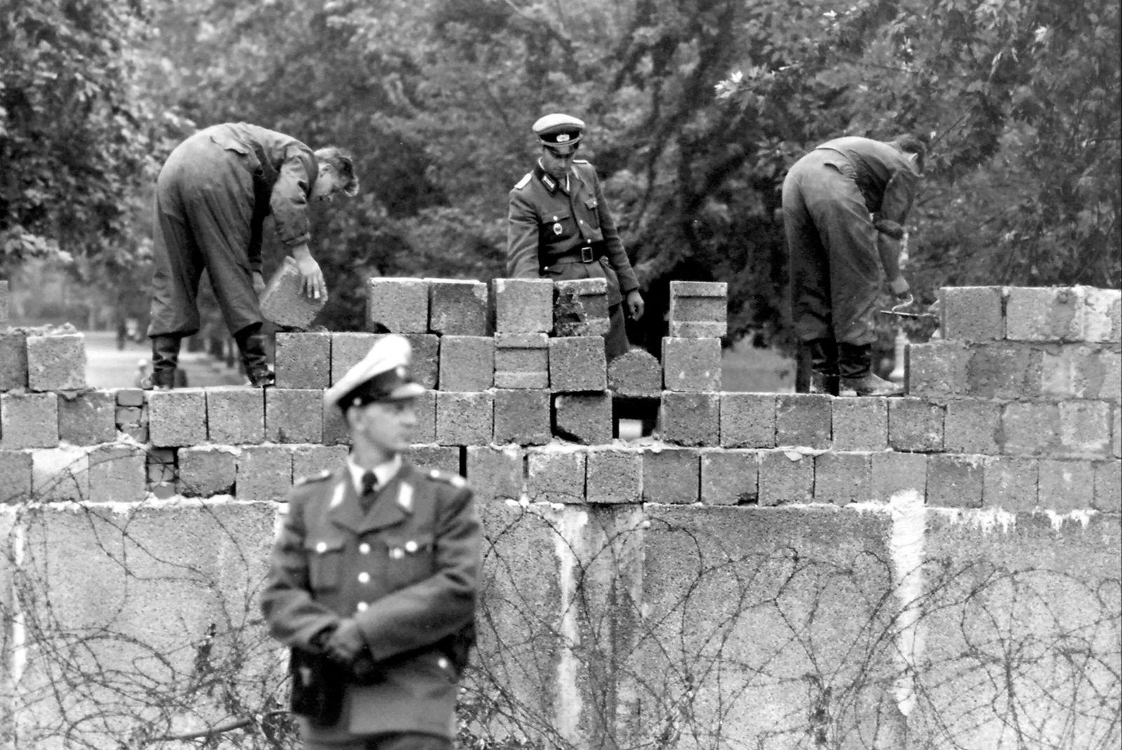 Berlin - Mauerbau; Grenzsoldaten errichten die Mauer unter Aufsicht der Volkspolizei