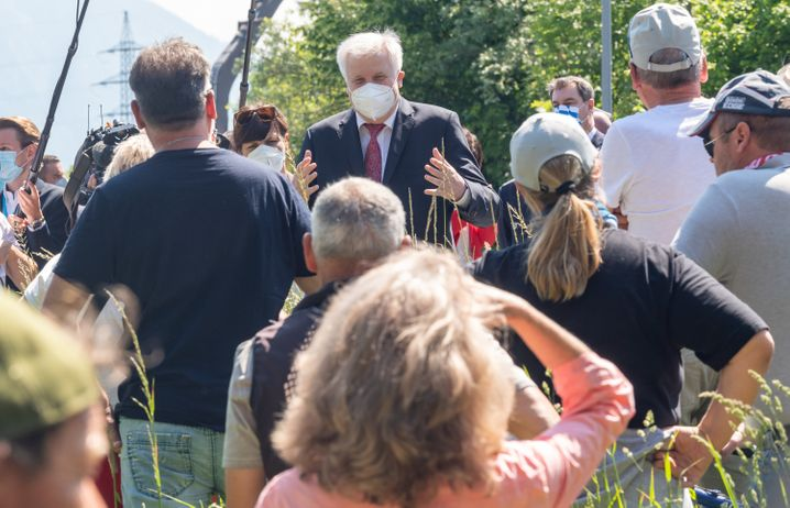 Seehofer mit Demonstranten