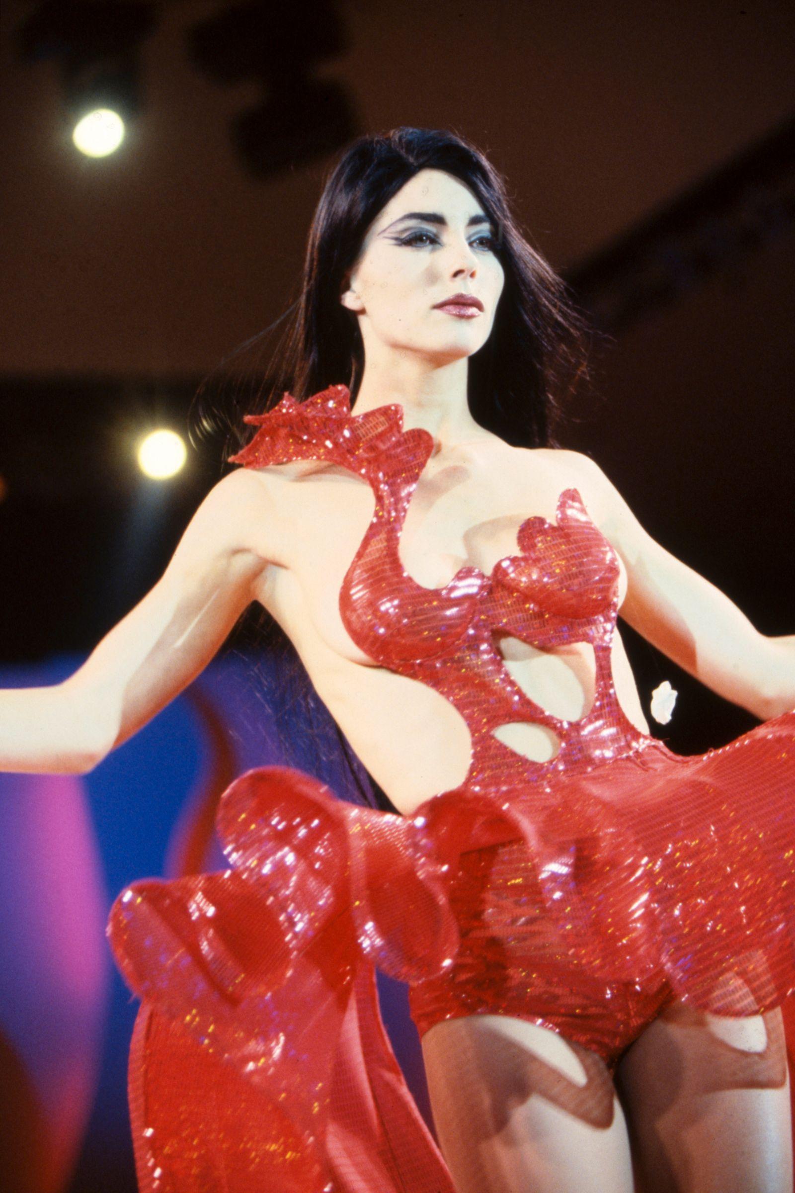 Jennifer Flavin défile pour Thierry Mugler en 1992