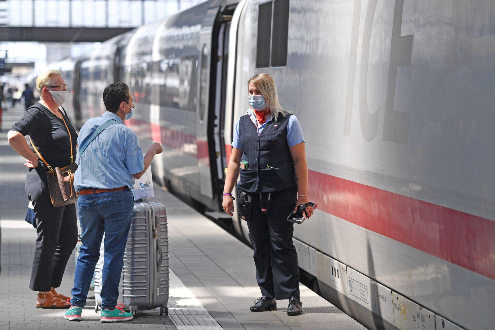 Maskenpflicht im oeffentlichen Personenverkehr. Hauptbahnhof Muenchen am 29.07.2020. Fahrgaeste sprechen mit einer Bedie