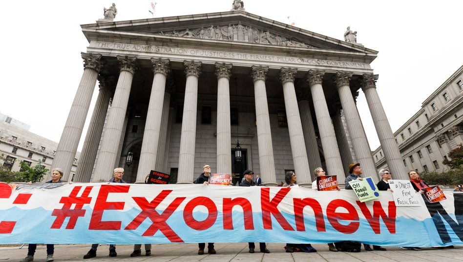 Protest vor einem Gericht in New York: Auch der frühere Exxon-Chef und spätere US-Außenminister Rex Tillerson wird wohl vor Gericht auftreten