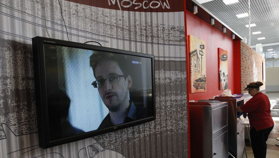 Edward Snowden has withdrawn his request for asylum in Russia.