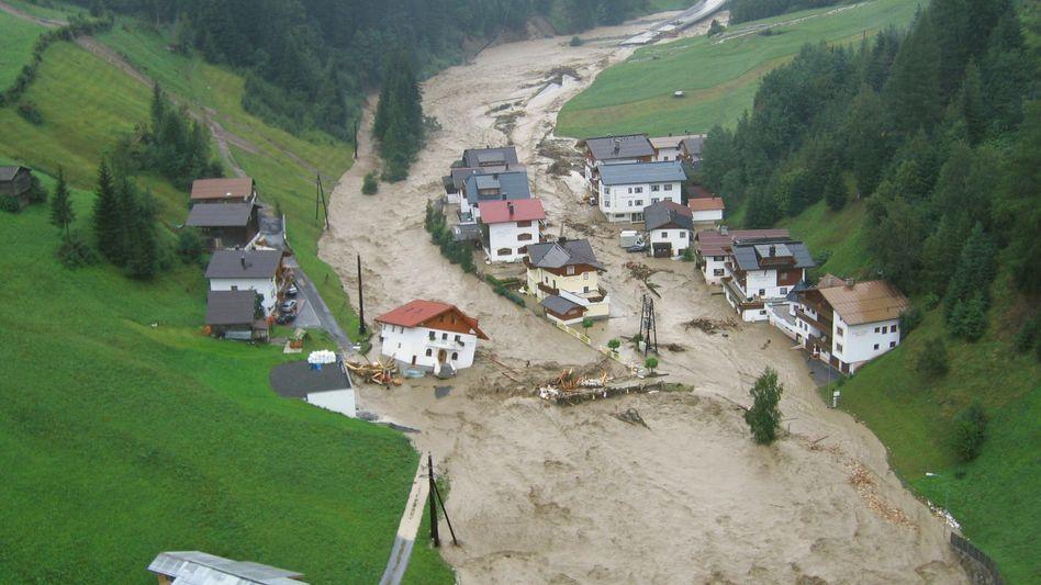 Fluss in Tirol (Österreich), der über das Ufer getreten ist